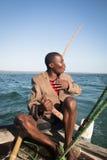 Afrikansk man som stearing ett fartyg nära Tofo Royaltyfri Bild