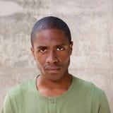 Afrikansk man som stirrar med allvarligt uttryck arkivbilder