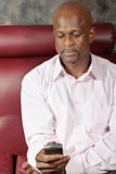 Afrikansk man som texting Royaltyfria Bilder