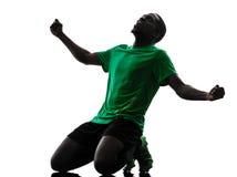 Afrikansk manfotbollspelare som firar segerkonturn Arkivfoton