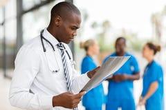Afrikansk medicinsk arbetare royaltyfria bilder