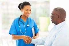 Afrikansk medicinsk sjuksköterskapensionär arkivbild