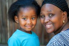 Afrikansk moder och ung flicka Fotografering för Bildbyråer