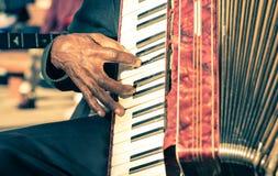 Afrikansk musikerhand som spelar fisarmonicadragspelet Royaltyfria Foton