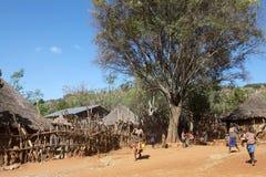 Afrikansk by och folk Arkivfoto