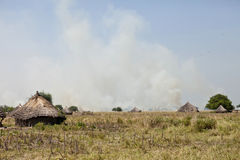 Afrikansk by och grassfires Royaltyfria Foton