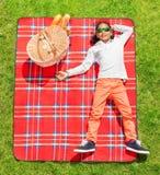 Afrikansk pojke i solglasögon som kopplar av på picknicken Royaltyfria Foton