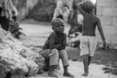 Afrikansk pojkestående Arkivfoto