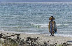 Afrikansk säljare på den italienska stranden Royaltyfri Fotografi