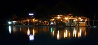 Afrikansk semesterort på natten Arkivbilder