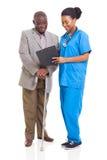 Afrikansk sjukvårdpensionärtålmodig Arkivbilder