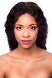 Afrikansk skönhetframsida med makeup och lockigt hår Royaltyfria Bilder