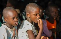 Afrikansk stående för litet barn, afrikansk pojke och flicka Royaltyfri Bild