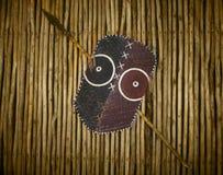 Afrikansk stam- krigaresköld och spjut Arkivfoton