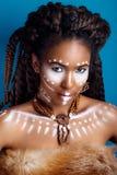Afrikansk stil Attraktiv ung kvinna i etniska smycken slut upp ståenden av en kvinna med en målad framsida idérikt smink Royaltyfri Fotografi
