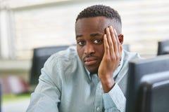 Afrikansk student i examen i uni Arkivfoton
