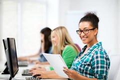 Afrikansk student med datoren som studerar på skolan Royaltyfri Bild