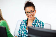 Afrikansk student med datoren som studerar på skolan Royaltyfri Foto