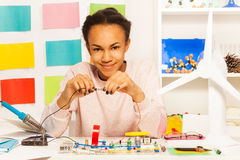 Afrikansk student som avslutar en elektrisk strömkrets arkivfoto