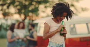 Afrikansk ung kvinna med closeupen för lockigt hår på den mycket karismatiskt och härligt picknicken se rakt till kameran lager videofilmer