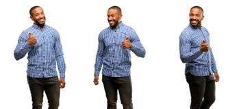 Afrikansk ung man som isoleras över vit bakgrund fotografering för bildbyråer