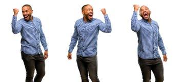 Afrikansk ung man som isoleras över vit bakgrund arkivfoton