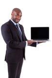 Afrikansk visning för Amercian affärsman som en laptopn avskärmer Arkivbilder
