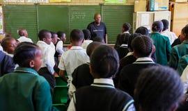 Afrikanska barn i grundskola för barn mellan 5 och 11 årklassrum Royaltyfri Fotografi