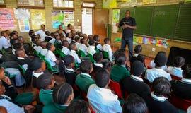 Afrikanska barn i grundskola för barn mellan 5 och 11 årklassrum Royaltyfri Bild