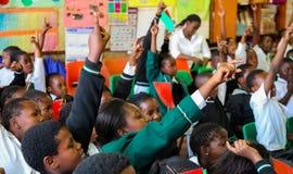 Afrikanska barn i grundskola för barn mellan 5 och 11 årklassrum Arkivfoto