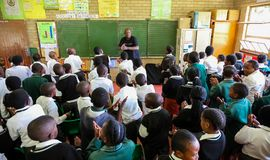 Afrikanska barn i grundskola för barn mellan 5 och 11 årklassrum Royaltyfri Foto