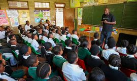 Afrikanska barn i grundskola för barn mellan 5 och 11 årklassrum Arkivbild