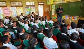 Afrikanska barn i grundskola för barn mellan 5 och 11 årklassrum Fotografering för Bildbyråer