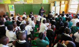 Afrikanska barn i grundskola för barn mellan 5 och 11 årklassrum Arkivfoton