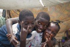 Afrikanska barn som gör fredtecknet Arkivbilder