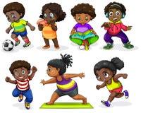 Afrikanska barn som kopplar in i olika aktiviteter Arkivfoto