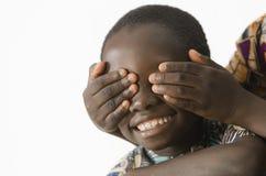Afrikanska barn som spelar i studion som isoleras på vit Arkivbild