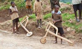 Afrikanska barn & träsparkcyklar, Uganda Royaltyfria Foton