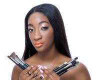Afrikanska borstar för skönhetholdingsmink arkivbild