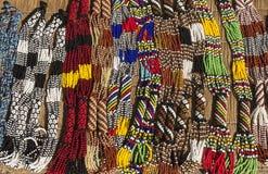 Afrikanska etniska handgjorda pärlhalsband Lokal hantverkmarknad Royaltyfri Foto