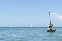 Afrikanska fiskare går med slagruta seglar fotografering för bildbyråer