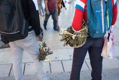 Afrikanska invandrare säljer souvenir av den lilla Eiffeltorn på Trocadero, i Paris, Frankrike royaltyfri fotografi