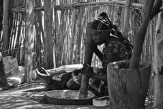 Afrikanska kvinnor Coocking Fotografering för Bildbyråer