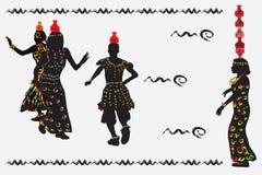 Afrikanska kvinnor och en man som dansar en folkdans med kannor på th Royaltyfri Foto