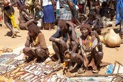 Afrikanska kvinnor på den afrikanska marknaden Royaltyfri Bild