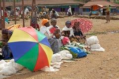 Afrikanska kvinnor på marknaden Royaltyfri Fotografi