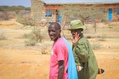 Afrikanska män från den Samburu stammen släkt Masaistammen i nationella smycken royaltyfri foto