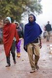 Afrikanska män som går på gatan i färgrika uddar av Maasai Mara Arkivfoto