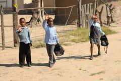 afrikanska pojkar school tre som vågr Royaltyfri Bild