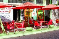 Afrikanska pojkar som äter restaurangen för terrasspizzamat, Kap Verde royaltyfri fotografi